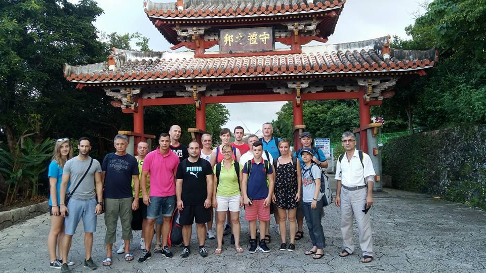 Sakura-Kai Karate Team vor dem Tor zu Schloss Shuri in Okinawa