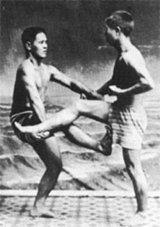 Chojun Miyagi (links) im Alter von 14 Jahren.